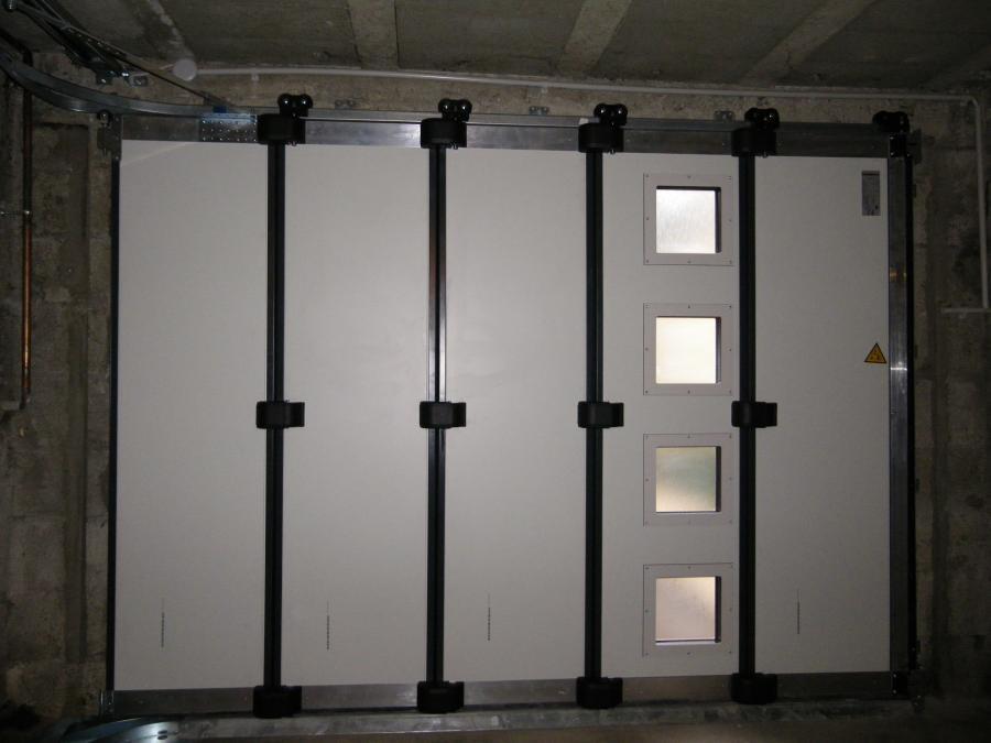Porte de garage enroulable motorisée avec portillon