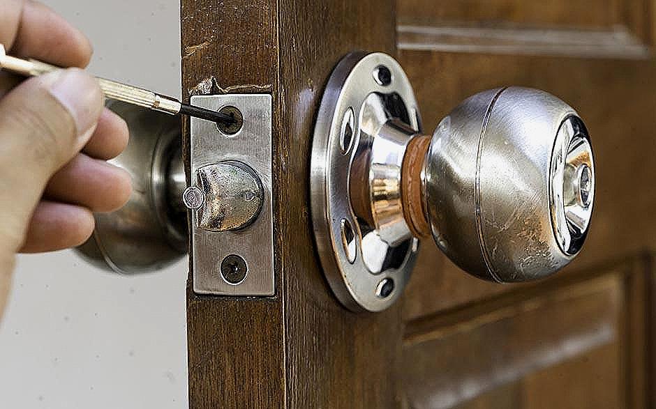 comment changer une serrure de porte de garage basculante. Black Bedroom Furniture Sets. Home Design Ideas