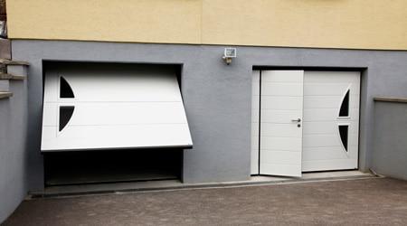 Porte de garage coulissante avec portillon motorisée