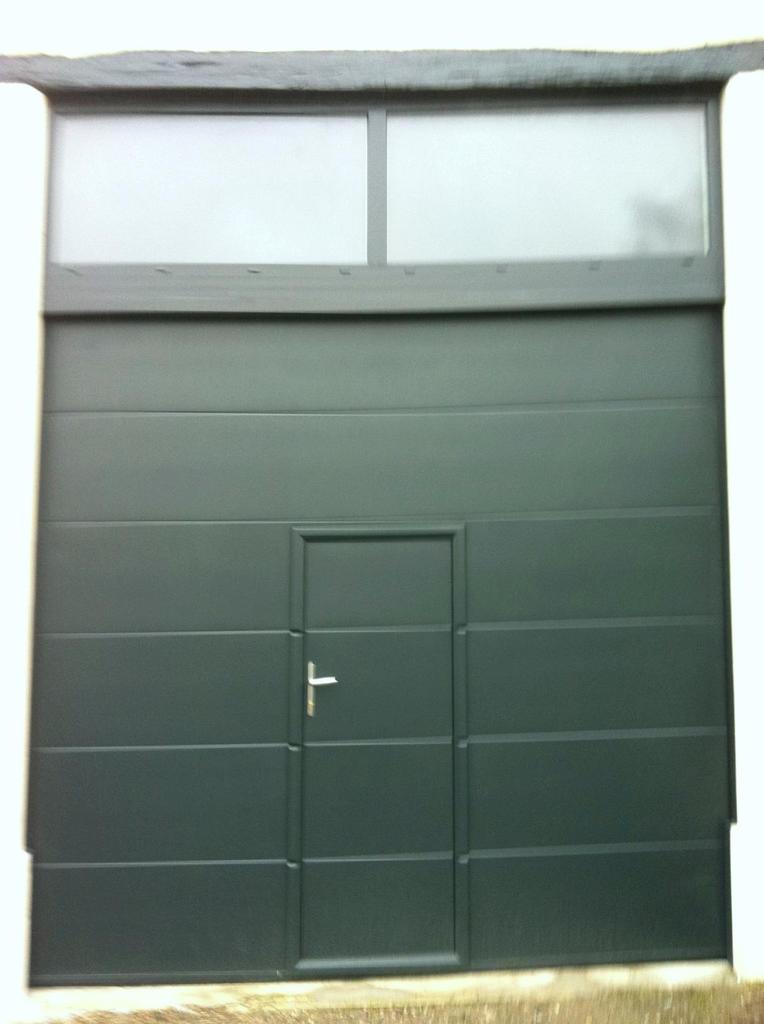 porte de garage basculante avec portillon int gr brico. Black Bedroom Furniture Sets. Home Design Ideas