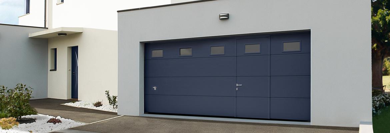 Porte de garage en bois avec hublot