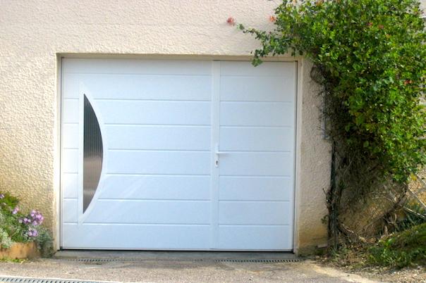 Porte de garage avec porte de service intégrée