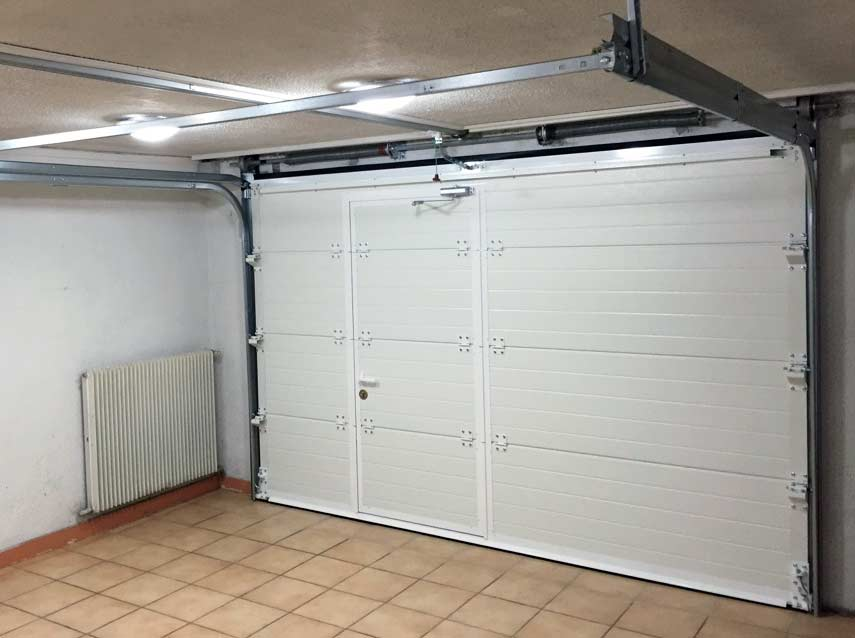 Porte de garage sectionnelle et portillon